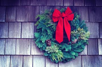 Christmas wreaths are the loveliest way to welcome Christmas into your home for the holiday season. But DIY Christmas wreath making? What if you have no time and you're just not very good at craft? Fear not. It can be easy. We've put together a how to make curation of 5 DIY Christmas wreath making video tutorials. Each tutorial features an easy to make Christmas wreath. There's a burlap wreath, a glittery pine cone wreath, a natural wreath, a Christmas bauble wreath and my favourite, a wreath made from coloured craft paper! Plan your Christmas wreath making now, with this inspirational list #ChristmasWreath