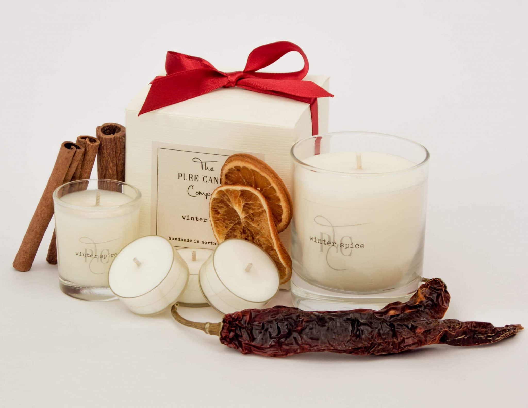 Our signature Christmas candle, with warming clove, spicy cinnamon and sweet orange. An aromatic spicy accord opening with citrus orange and lemon, followed by rich warm cinnamon and clove, with hints of jasmine, resting on a base of woods and musk.